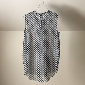 Vince Camuto Tops - VINCE CAMUTO Split Sides Gray Geometric Tank Top
